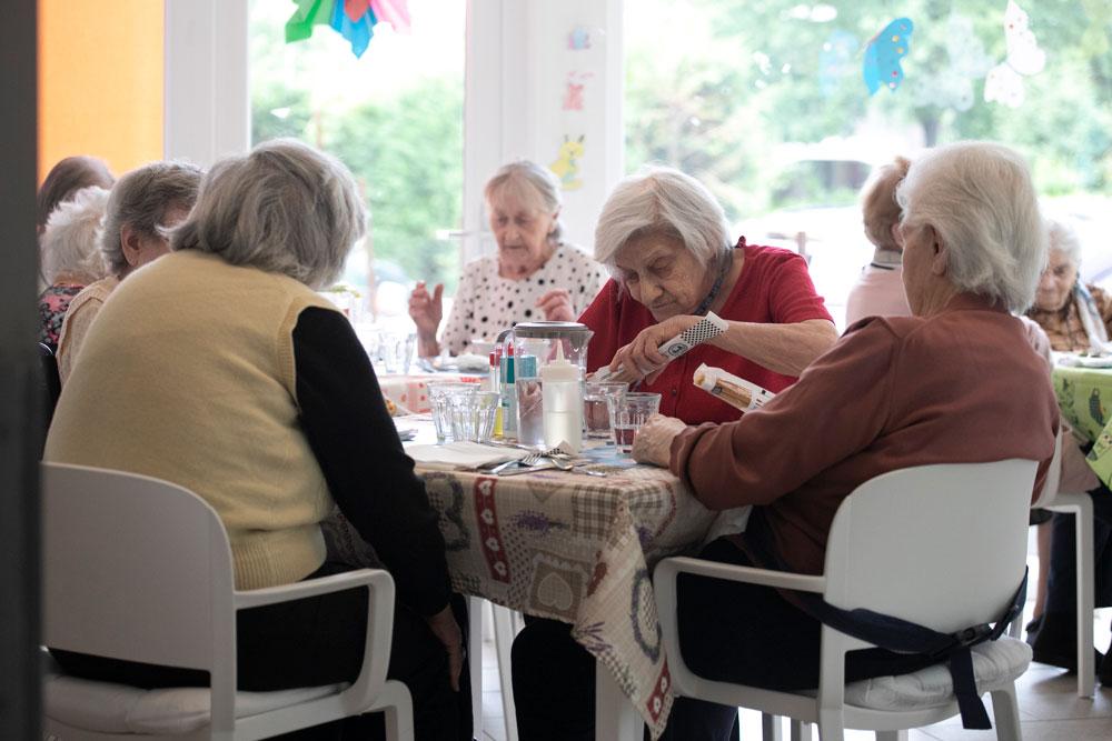 Anziani a tavola per pranzo
