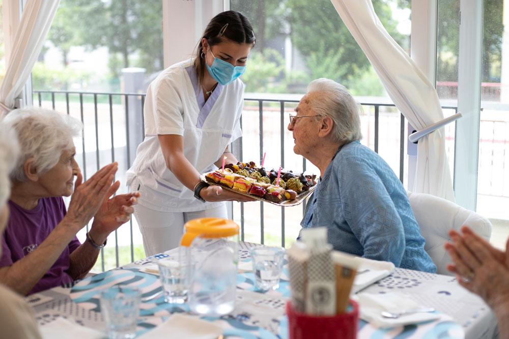 Festa di compleanno in comunità alloggio per anziani