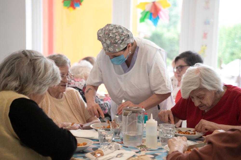 Supporto all'anziano durante il pasto