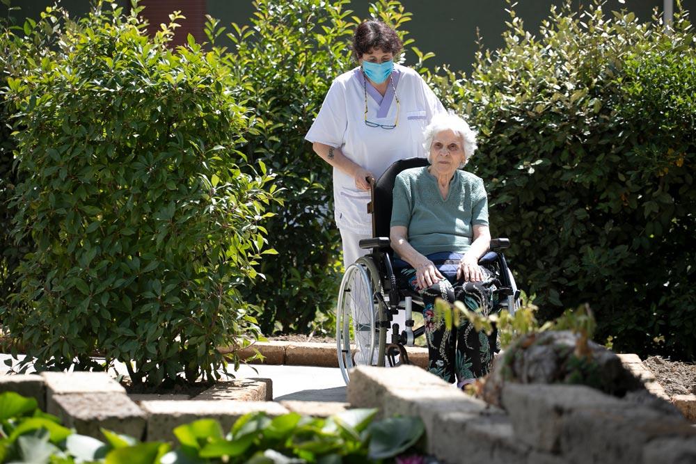 Passeggiata anziana in carrozzina