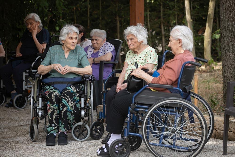 Signore anziane all'aperto